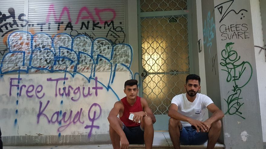 Dos amigos sentados en una calle del centro de Atenas / Elisa Reche