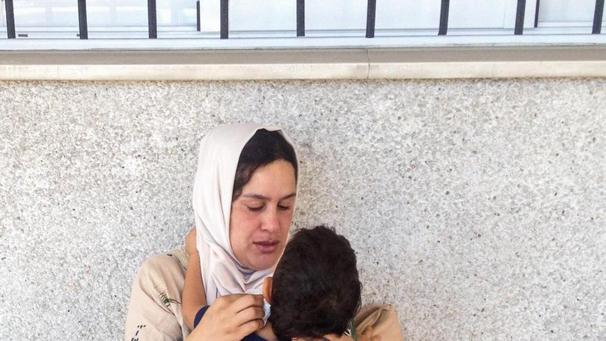 La mujer asegura que cuenta con el certificado de nacimiento del niño en el país de origen   FOTO: José Palazón