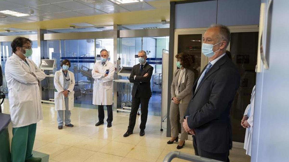 Juan Diego, en primer plano, junto a Murga y a Urkullu en mayo en el hospital de Cruces