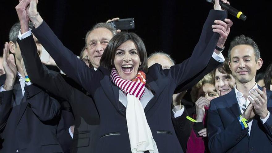 La franco-española Anne Hidalgo es ya formalmente la primera alcaldesa París