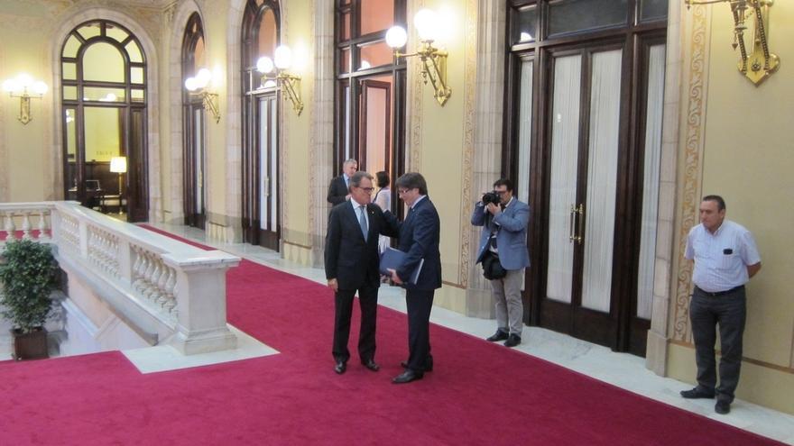Carles Puigdemont se reúne con Mas en el Parlament antes de empezar el debate