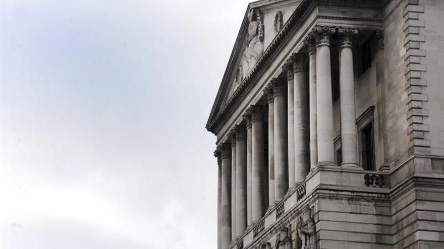 El Banco de Inglaterra mantiene los tipos en el 0,25 por ciento y prevé más inflación