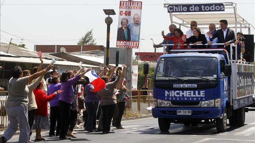 """Lanzan una """"bomba"""" de pintura contra Bachelet en su cierre de campaña en el sur de Chile"""