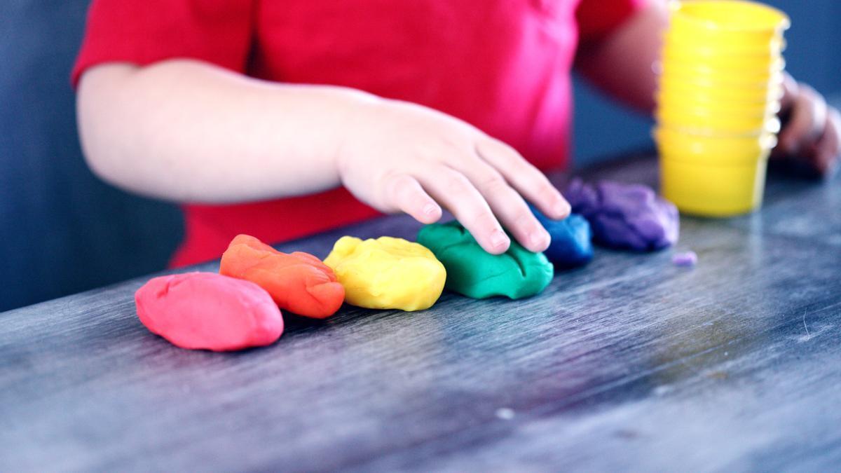 Un niño juega con plastilinas.
