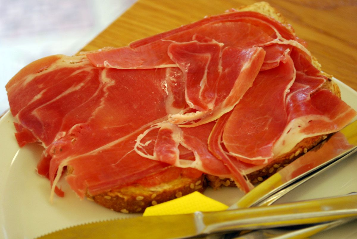 Rebanada de pan con tomate y jamón_Trikini_Malasaña a mordiscos