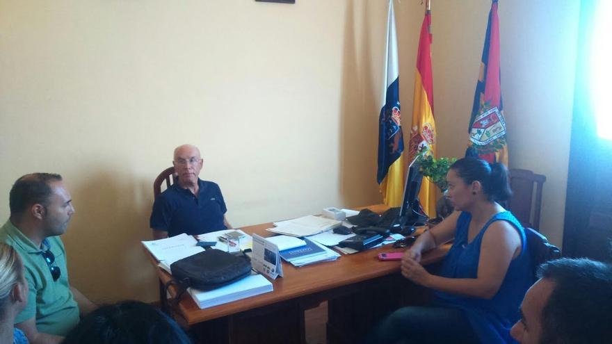 La consejera de Emergencias y Participación Ciudadana del Cabildo de La Palma, Carmen Brito, mantuvo el viernes una reunión con el alcalde de Tazacorte, Ángel Pablo Rodríguez (centro).