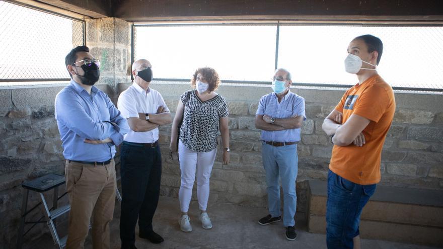 Archivo - De izda a dcha JM, Bernardo, alcaldesa Maite Garbayo, concejales Jorge Bacaicoa y Alejandro Antoñanzas en la Torre del Chapitel.