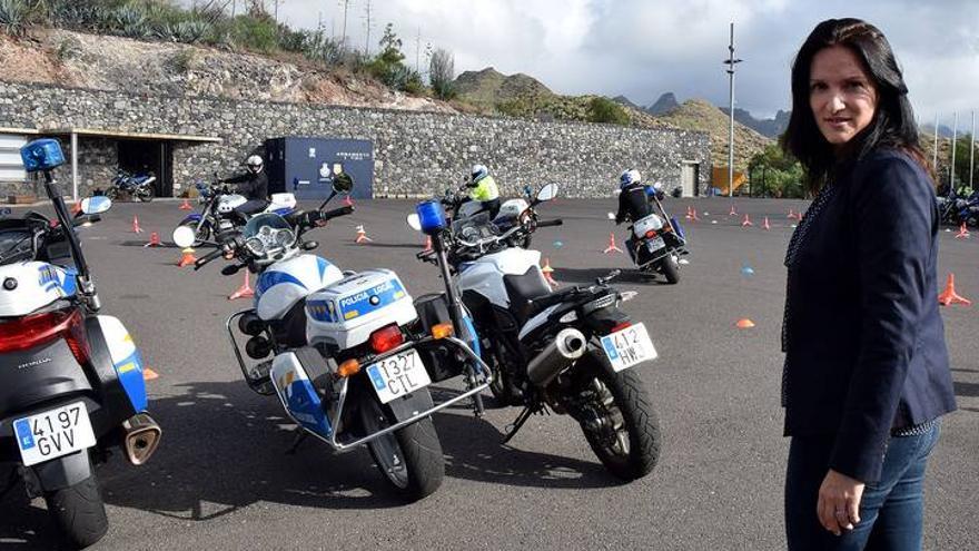 Zaida González, concejala de Policía de Santa Cruz de Tenerife, junto a motocicletas del cuerpo