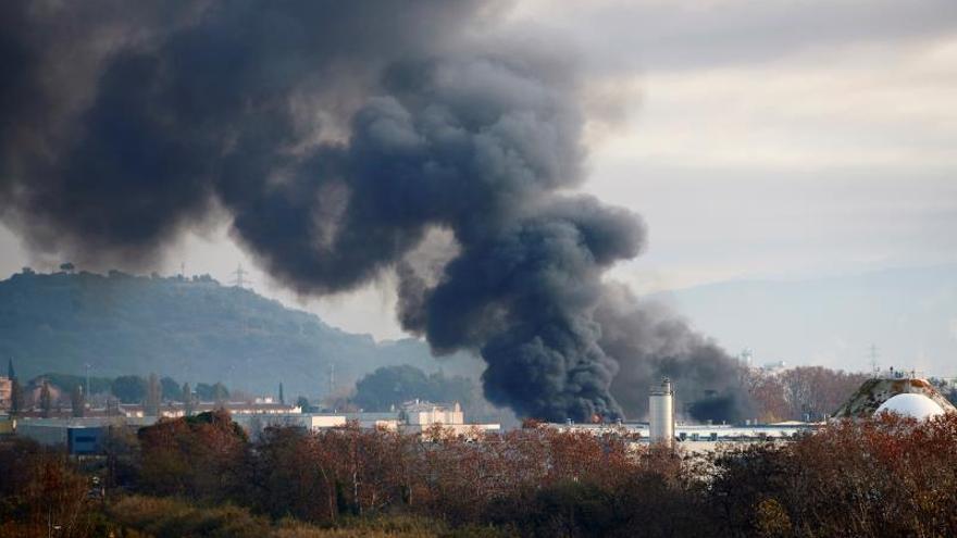 Un incendio industrial en Montornès confina vecinos y contamina el río Besòs