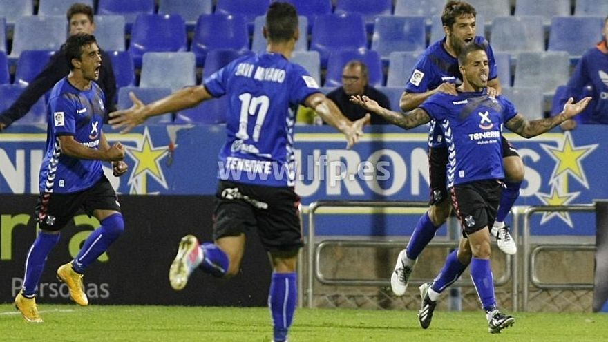 Vitolo celebra el gol que transformó desde el punto de penalti. LFP