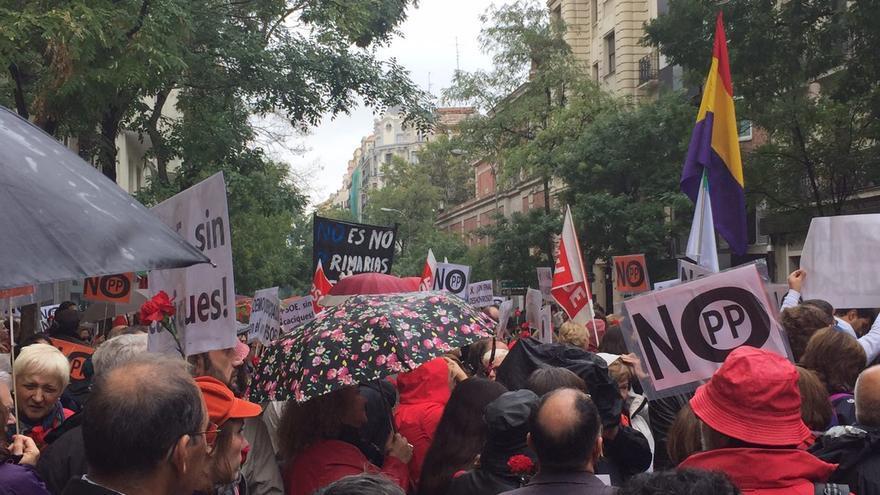 Un grupo de militantes se concentra en Ferraz para protestar contra la abstencion