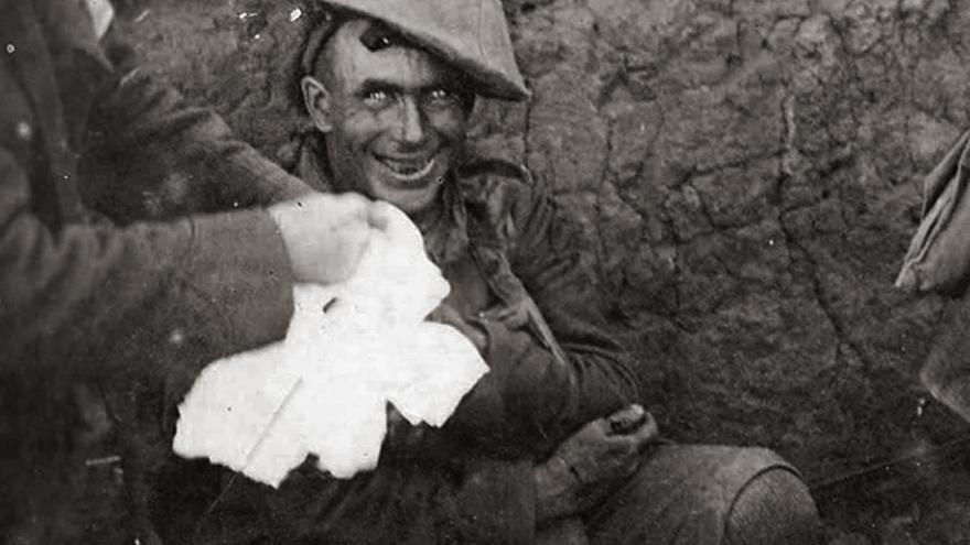 Soldado en una trinchera durante la Batalla de Flers-Courcelette, septiembre de 1916.