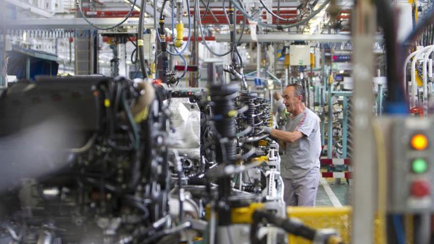 Empleados de la empresa automovilística Citroen en la cadena de montaje.