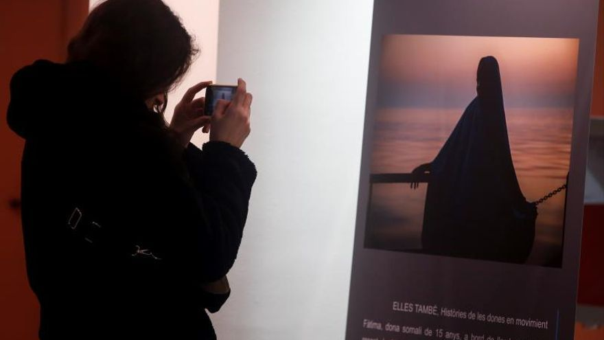 """Una visitante en la exposición """"Fotoperiodistas.Mirada a las violencias machistas de todo el mundo"""" que denuncia las violencias machistas como fenómeno global que afecta a todas las mujeres del mundo y exponer testimonios que han visto estas violencias en primera persona y que se inaugura hoy en el Institut Català de les Dones."""