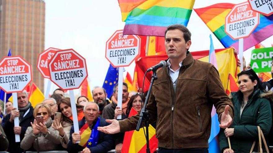 Rivera dice a Sánchez que le escuchará clamando viva España y la Constitución