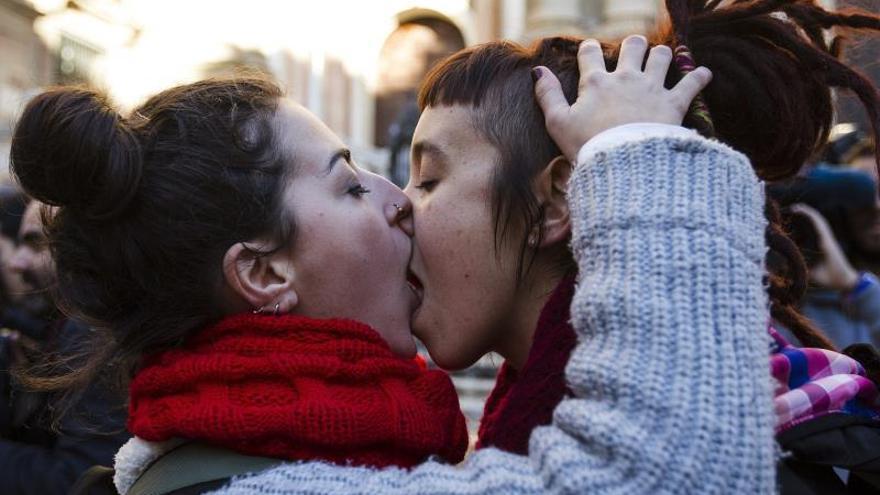 Lesbianas y gais se besan en rechazo a las palabras del cardenal Sebastián