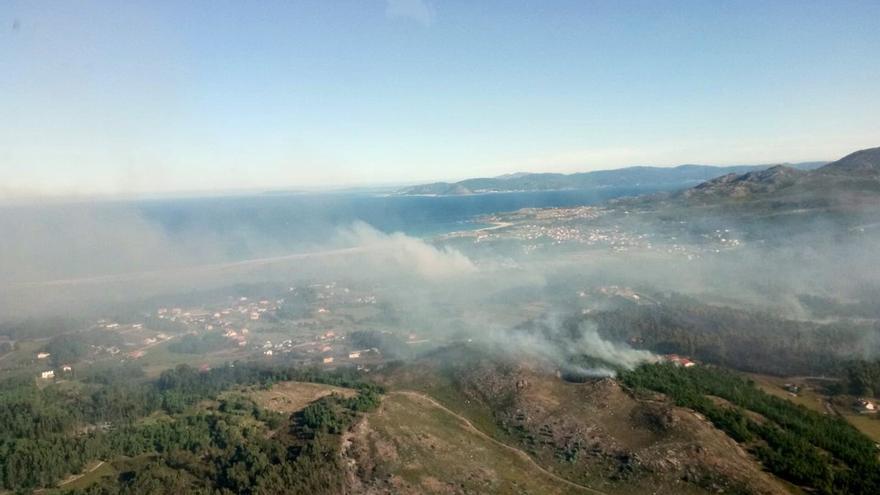 Vista del incendio que afectó a Ribeira en septiembre de 2019, con la ría de Arousa al fondo