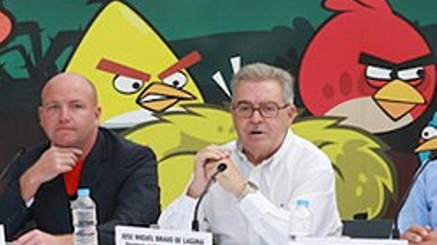 Calvin Lucock y José Miguel Bravo de Laguna, con el pájaro detrás.