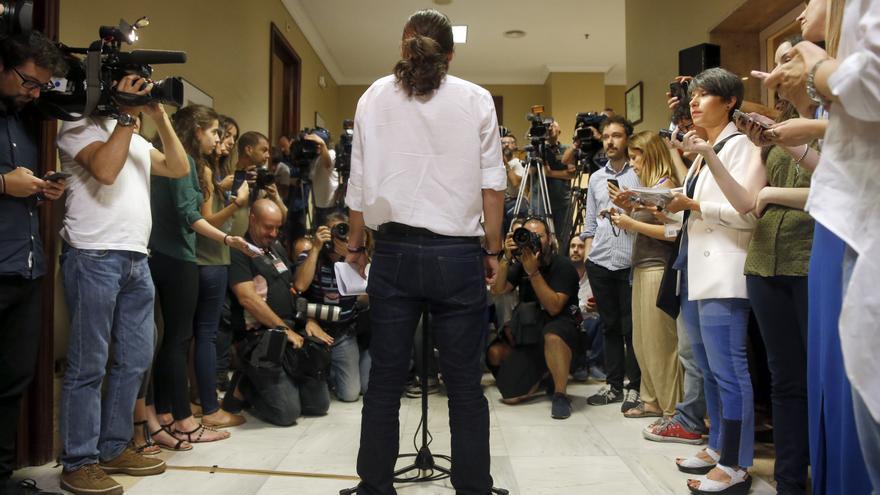 Pablo Iglesias ante los periodistas en el Congreso.