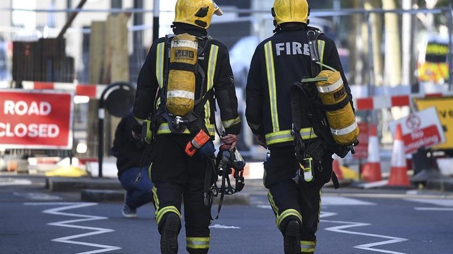 Los servicios de emergencia acuden a la estación de Parsons Green, en Londres, por una explosión