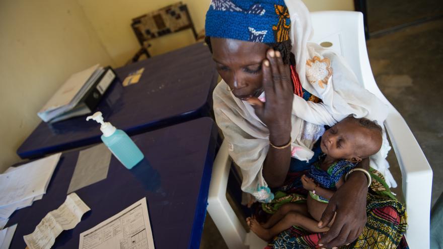 Ya Zara Alamin está con su bebé de 5 meses, con desnutrición aguda severa, en el Centro de Nutrición Ambulatoria de MSF en Beni Shiekh. Aunque este es el tipo más grave de desnutrición puede tratarse ambulatoriamente si no hay complicaciones médicas u otras enfermedades asociadas. Desde mediados de julio hasta finales de agosto, 850 niños han seguido el programa ambulatorio. Fotografía: Ikram N'gadi.