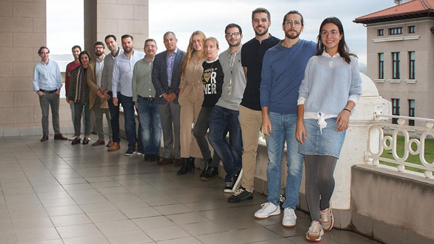 Profesionales del Servicio de Cirugía Oral y Maxilofacial de Valdecilla junto al doctor Pedro Franco y especialistas de otros hospitales.