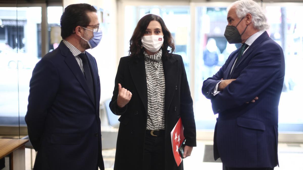 El consejero de Hacienda, Javier Fernández-Lasquetty; la presidenta de la Comunidad de Madrid y candidata a la reelección, Isabel Díaz Ayuso; y el presidente de CEIM, Miguel Garrido.