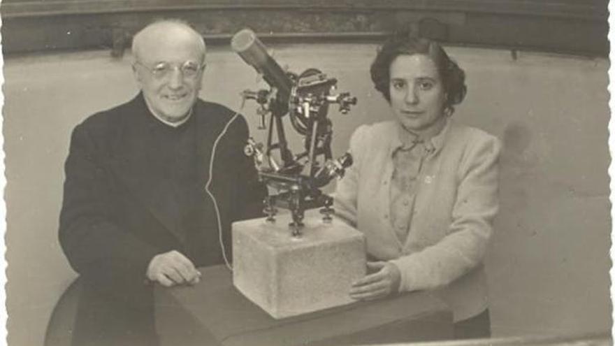 Antonia Ferrín Moreiras y Ramón María Aller en el observatorio de Santiago de Compostela.