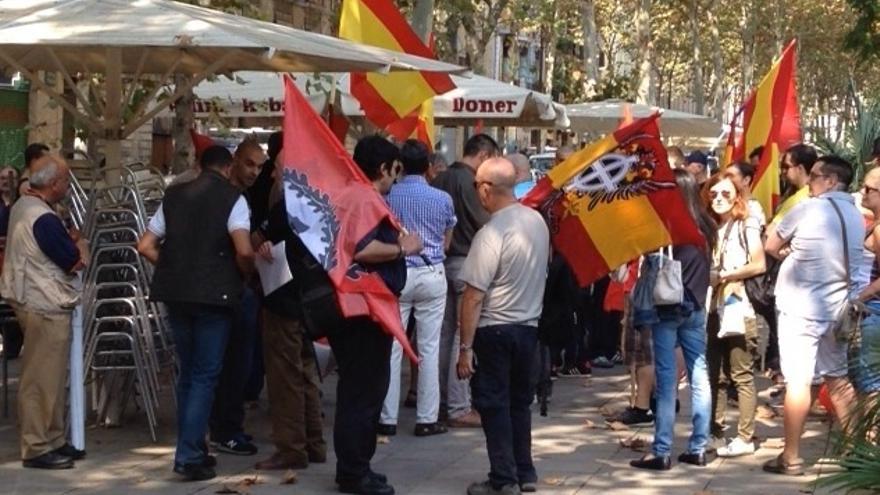 Concentración ultra en la Rambla del Raval de Barcelona
