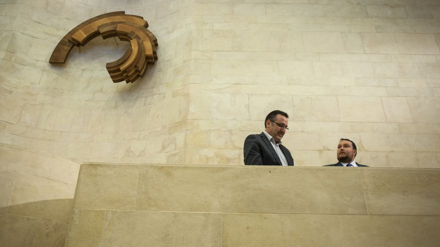 Juan Ramón Carrancio y Rubén Gómez en el estrado de la Cámara.   JOAQUÍN GÓMEZ SASTRE