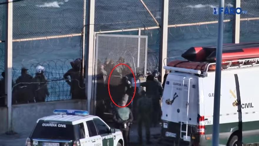 Fotograma del vídeo del Faro de Ceuta sobre el salto a la valla del espigón de Benzú, del 04 de junio de 2016. La marca roja es añadida. | Faro de Ceuta.