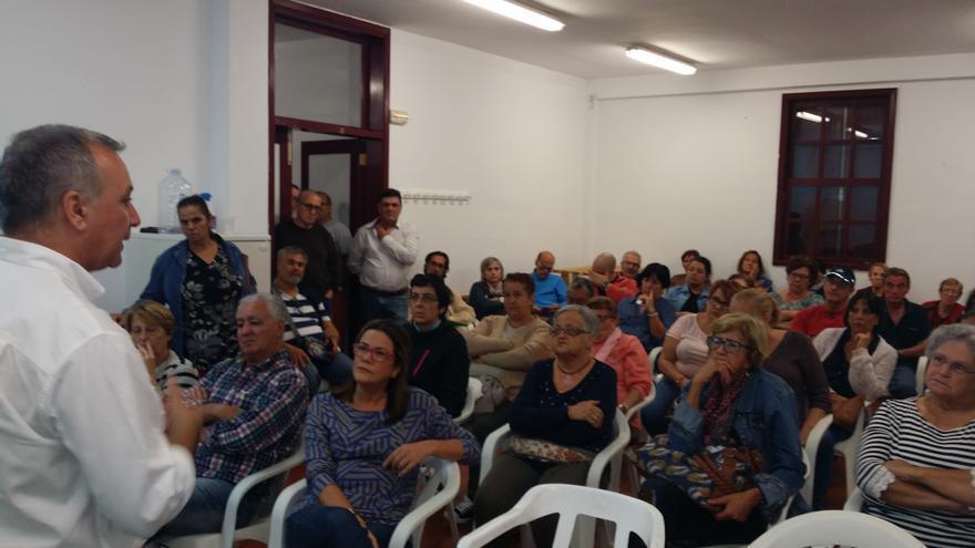 Luis Campos, junto con otros dirigentes de Nueva Canarias, en la asamblea celebrada con los vecinos de la urbanización  Benahoare.