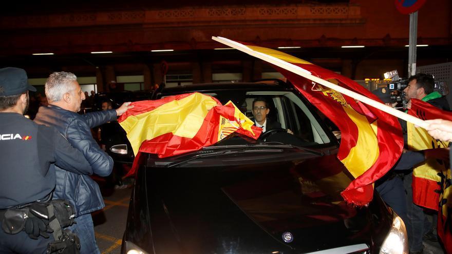 Un policía aparta a Julián Leal del coche que saca a los miembros de la Mesa de la Estación de Atocha.