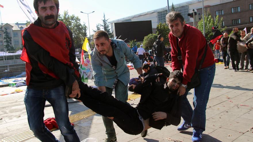 Varias personas trasladan a un herido tras las explosiones en Ankara. / Tumay Berkin - ZUMA Press