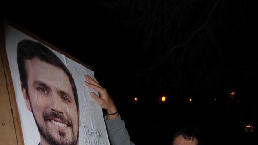 Pegada  de carteles de los candidatos de IU-UP Vanesa Catalán y Gianny Herrera.