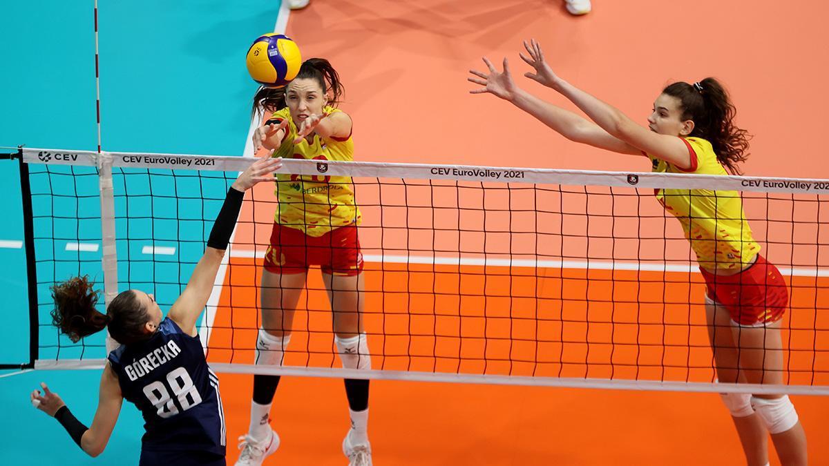 Raquel Montoro, a la izquierda, durante el encuentro ante Polonia