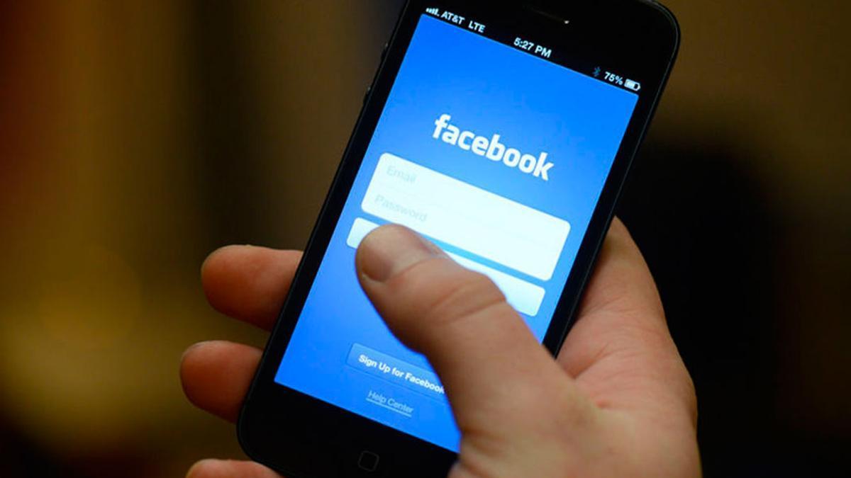 Un usuario tratando de entrar en Facebook