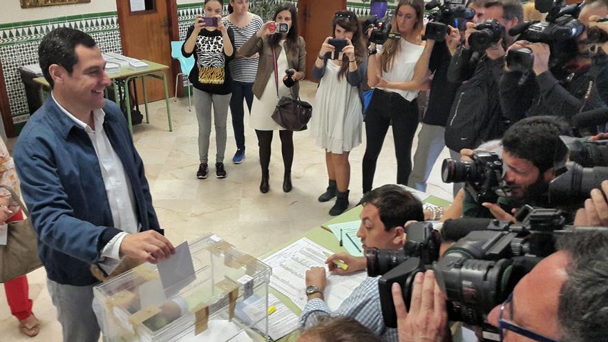 Juan Manuel Moreno vota en Málaga a las municipales
