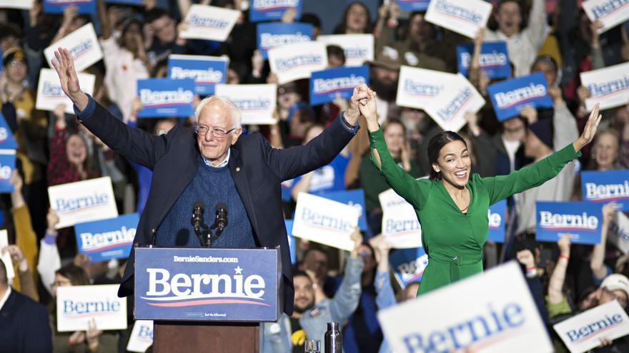 La congresista Alexandria Ocasio-Cortez apoya a Bernie Sanders durante un mitin celebrado en Iowa en noviembre de 2019.