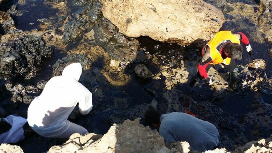 Vertido de petróleo en la playa de El Cabrón.