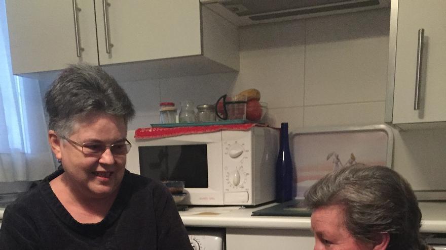 Iluminada y Estela, la voluntaria que la visita, charlando / Carlos Miguélez Monroy - Solidarios para el Desarrollo