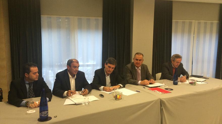 Pedro Saura en una reunión con los directivos de Ucomur