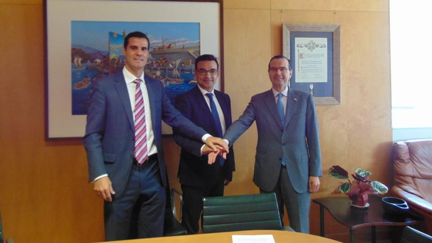 Gustavo González de Vega, José Rafael Díaz y Alejandro Arola durante la firma del convenio / Autoridad Portuaria