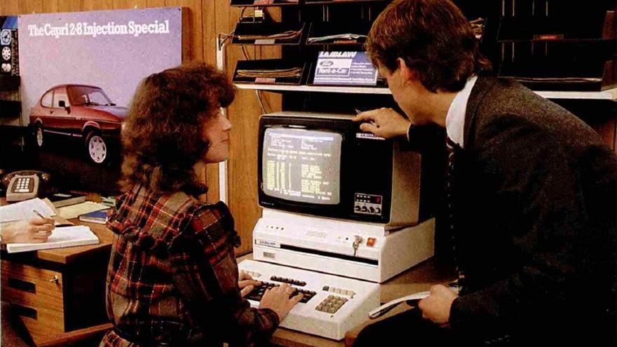 Revisando la información facilitada por videotexto en uno de los concesionarios de Inglaterra
