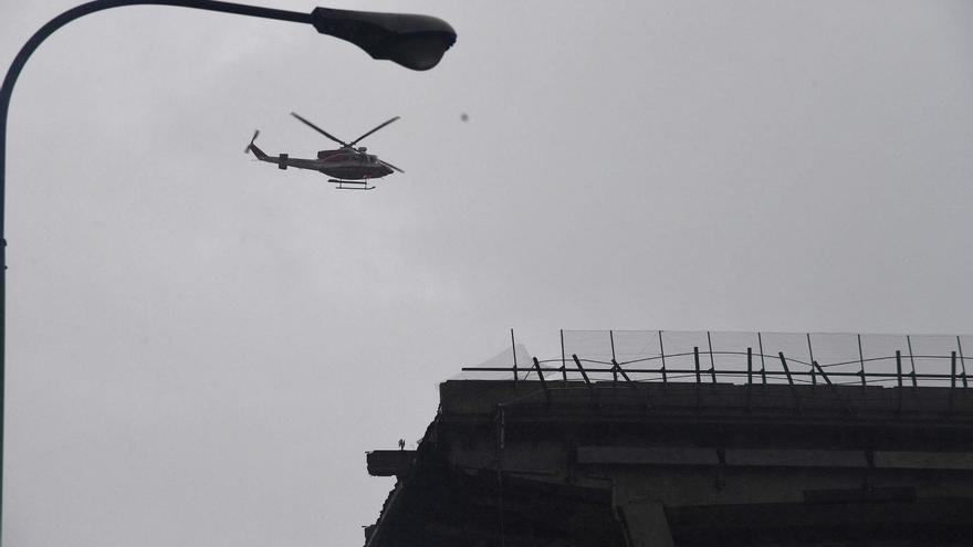 Un helicóptero sobrevuela la sección del viaducto que se desplomó en Génova (Italia) este martes