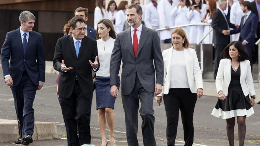 Los Reyes, junto al rector Martinón, en instalaciones científicas de la ULL, esta tarde de martes