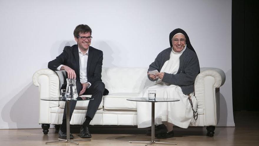 Sor Lucía Caram, junto al candidato del PNV, Gorka Urtarán, en la charla ofrecida en Vitoria-Gasteiz.