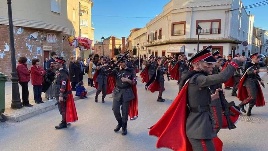 La comparsa de la Asociación Cultural El Chaparral en el desfile en Las Pedroñeras (Cuenca)