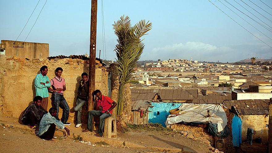 Varios hombres reunidos en Asmara, capital de Eritrea. Imagen de archivo: Swiatoslaw Wojtkowiak (Flickr)