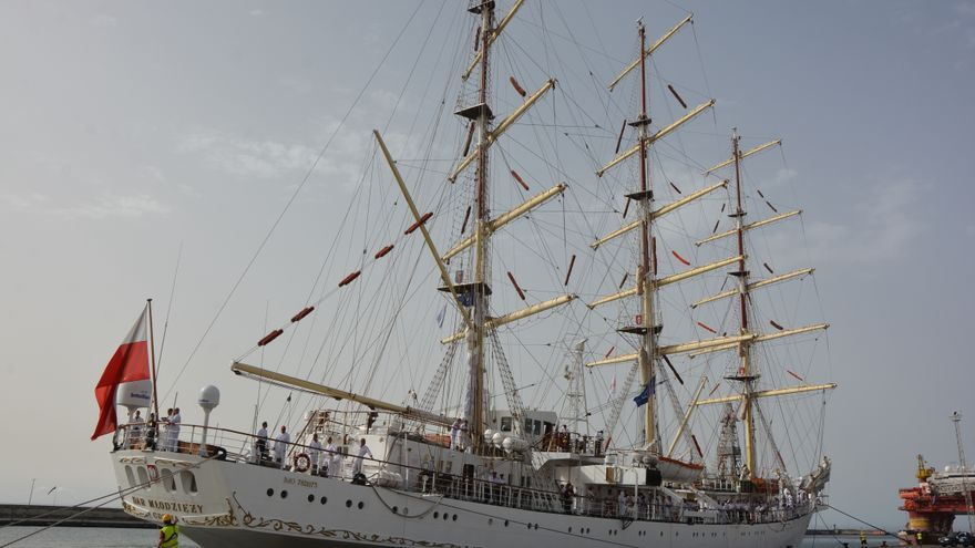 La fragata polaca 'Dar Młodzieży', en el puerto de Santa Cruz